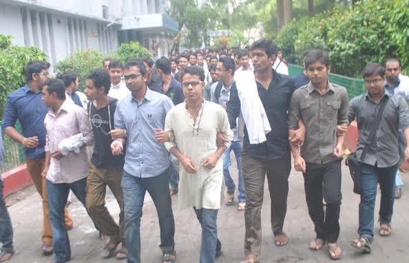 বরিশাল মেডিকেল কলেজ ছাত্রাবাসে ভাংচুর-বিক্ষোভ