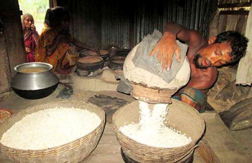 রমজান এলেই কদর বাড়ে বরিশালের মোটা মুড়ির (ভিডিও)