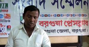 বরগুনায় সংবাদ সম্মেলনে নির্যাতিত শিক্ষক সুন্দর আলী
