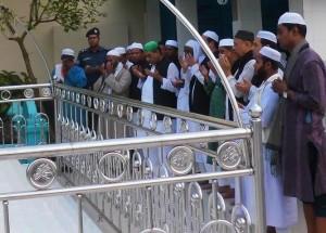 মাজার জিয়ারতে আবুল হাসানাত আব্দুল্লাহ মির্জাগঞ্জে