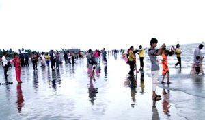ভালবাসার ফাগুনে পর্যটকদের ঢল কুয়াকাটা সৈকতে