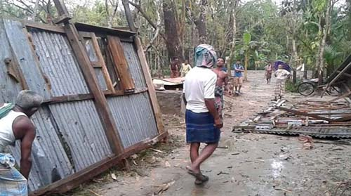 ভোলায় টর্নেডোর আঘাতে শতাধিক ঘরবাড়ি বিধ্বস্ত