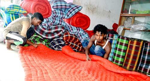 বাবুগঞ্জে লেপ-তোষক তৈরিতে ব্যস্ত কারিগররা