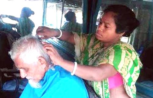 'নরসুন্দর' পেশায় ঝালকাঠি নারী 'শেফালী'