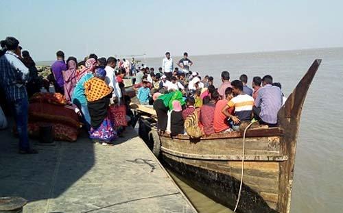 ভোলা-মনপুরায় সী-ট্রাক বন্ধ, ঝুঁকি নিয়ে পারাপার