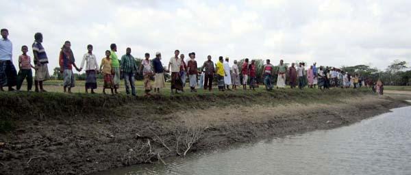 কলাপাড়ায় খাল দখলের প্রতিবাদে কৃষকের মানববন্ধন
