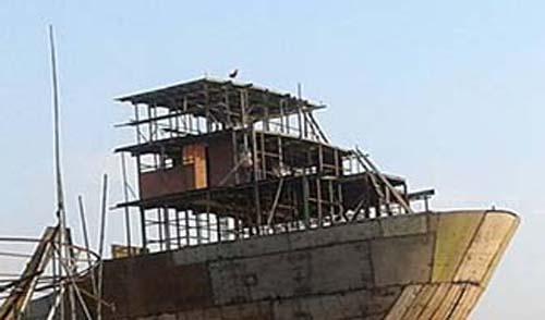 সন্ধ্যা নদীর পাড়ে ডকইয়ার্ডে নির্মাণ হচ্ছে বড় বড় জাহাজ