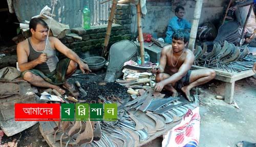 টুং টাং শব্দে সরগরম ঝালকাঠির কামারপাড়া