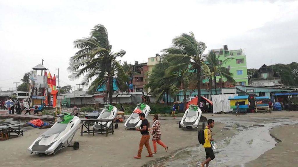 কলাপাড়ায় মানুষকে সাইক্লোন শেল্টারে নিতে মাঠে প্রশাসন