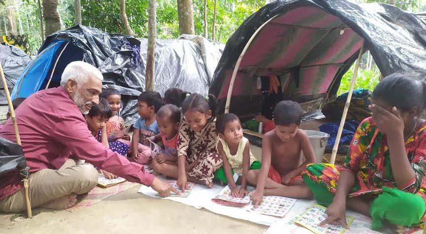 কাউখালীর বেদে পল্লীতে শিক্ষা উপকরণ বিতরণ