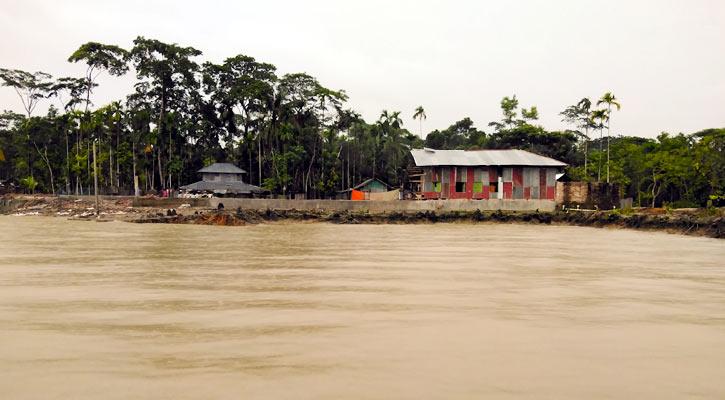নদী ভাঙ্গনে অসহায় মেহেন্দিগঞ্জের বাসিন্দারা