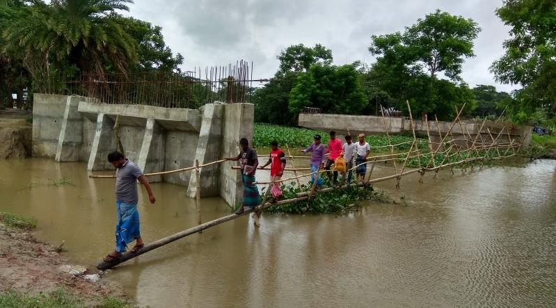 পটুয়াখালীতে সেতুর নির্মাণকাজ বন্ধ, সাঁকোতে দুর্ভোগ