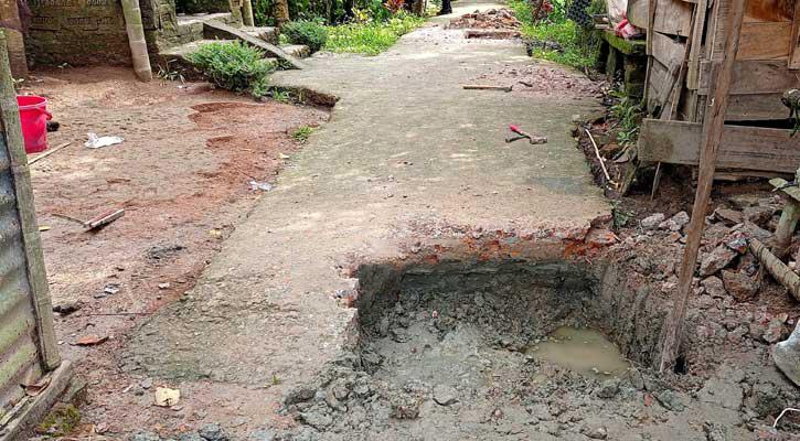 স্বরূপকাঠি সদ্য নির্মিত রাস্তা কেটে বাড়ি নির্মাণের অভিযোগ