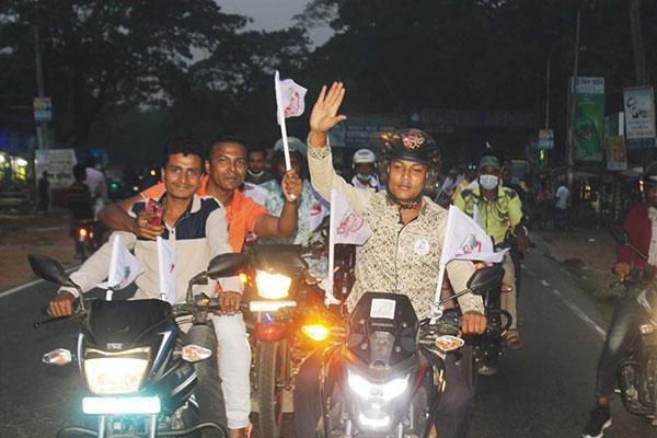 বরিশালে 'ফরচুন বরিশাল' সমর্থকদের মোটর শোভাযাত্রা