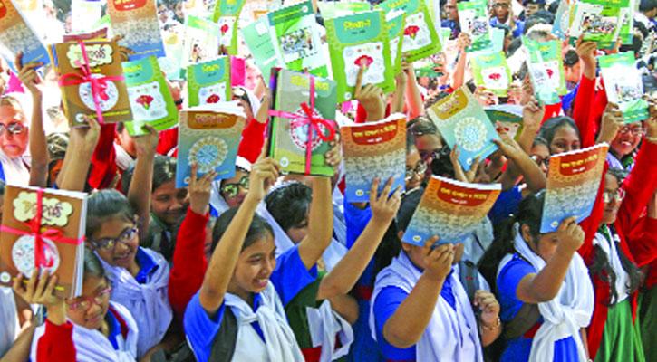 রাজাপুরে মাধ্যমিকে একটি শ্রেনীতে আংশিক ছাড়া জানুয়ারীর ১ তারিখ নতুন বই পাচ্ছে না শিক্ষার্থীরা